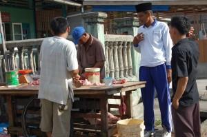 Pedagang daging babi yang 'nyeleneh' diberi pengarahan oleh petugas Depag di jalan Sotong, Kota Bagansiapi-api, Kecamatan Bangko, Kabupaten Rokan Hilir, Provinsi Riau, Kamis (21/05/09).