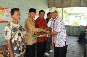 Direktur Utama RAPP, H.Rudi Fajar menyerahkan cindera mata kepada Lurah Teluk Meranti, Kades Pulau Muda dan Kades Teluk Binjai disaksikan Camat Teluk Meranti Hendri Gunawan.