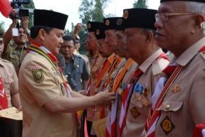 Gubernur Riau HM Rusli Zainal menjadi pembina upacara HUT Pramuka, Selasa (18/8/09) di halaman Kantor Gubernur Riau, Pekanbaru. Foto: Humas Pemprov.