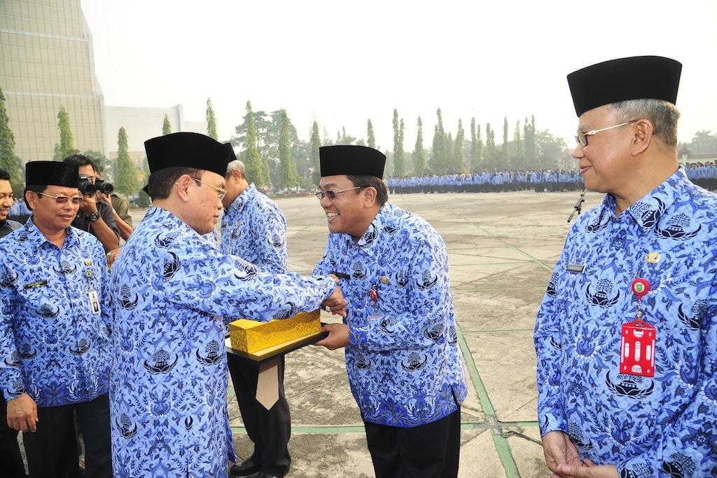 Permalink ke Galeri: Pj Gubernur Riau Serahkan Anugerah WPR