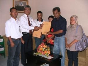 Pimpinan Cabang BTN Syariah Pekanbaru, Indro setiadji menyerahkan dokumen kredit modal kerja kepada Mitra Bina CSR RAPP.