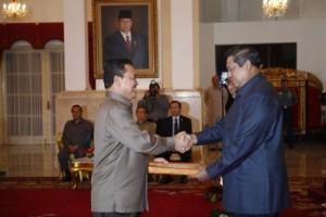 Nampak Gubernur Riau HM Rusli Zainal SE MP sedang menerima DIPA (Daftar Isian Pelaksanaan Anggaran) tahun anggaran 2010 dari Presiden SBY di Istana Negara Jakarta, Selasa (5/1). Riau menerima DIPA sebesar Rp.6,221 Triliun.