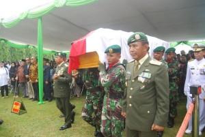 Nampak mantan Wapres Tri Sutrisno meletakkan karangan bunga sebagai penghormatan terakhir kepada mantan Gubri Letjen TNII (Purn) H Soeripto saat dimakamkan secara militer di Taman Makam Pahlawan Kalibata.