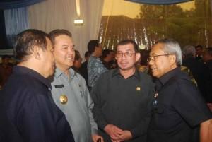Nampak Gubri sedang berbincang serius dengan Menteri PU Djoko Kirmanto di sela-sela acara raker di Istana Cipanas, Cianjur, Rabu (3/2). Raker dihadiri semua menteri, pejabat setingkat menteri, para dirut BUMN dan gubernur se-Indonesia. Presiden dan Wapres langsung memimpin raker tersebut.