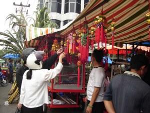 Warga Tionghoa sedang membeli berbagai kebutuhan Imlek