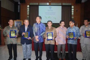 Para gubernur yang menerima penghargaan berfoto bersama dengan Mendagri dan Kepala BKPM