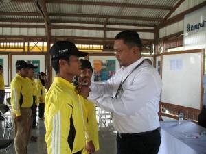 Social and Government Relations Manager PT. RAPP Wan Mohd Jakh Anza, menyematkan tanda peserta Pelatihan Sistem Pertanian Terpadu Angkatan II Tahun 2009 di Gedung BPPUT CSR PT. RAPP, Kamis (23/7).