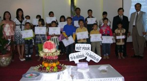 Penerima Beasiswa POUK RAPP foto bersama Panitia dan MPH POUK RAPP, Minggu (26/7) lalu.