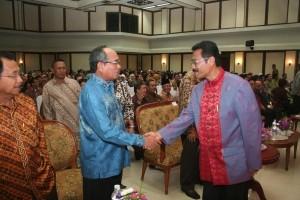 Ketua ISEI Riau HR Mambang Mit yang juga Wakil Gubernur Riau, berjabat tangan dengan Gubernur Sumatera Barat Gamawan Fauzi pada Kongres ke 17 Ikatan Sarjana Ekonomi Indonesia (ISEI), Sabtu (1/8/09) ini di Bukittinggi.
