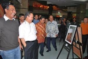 Gubernur Riau HM Rusli Zainal didampingi Karo Humas Zulkarnain Kadir melihat sejumlah photo yang menampilkan berbagai ekspresi gubernur Riau.