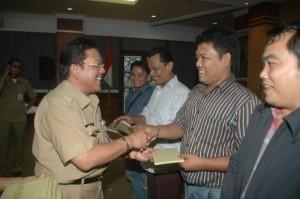 Kabag Penerangan Setdaprov Riau Drs Chairul Riski memberikan soevenir bagi peserta Fasilitasi Bina Penyuluhan Jurnalistik.