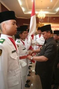 Gubernur Riau HM Rusli Zainal yang didampingi Wakilnya HR Mambang Mit dan Muspida mengukukuhkan Paskibraka 2009 di Gedung Daerah, Pekanbaru Minggu (16/8/09) ini.