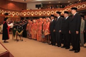 Ketua Pengadilan Tinggi Riau Rosmala Sitorus secara resmi mengambil sumpah jabatan dalam pelantikan di gedung DPRD Riau, Minggu (6/9/09).