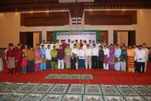 Gubernur Riau HM Rusli Zainal SE MP berfoto bersama dengan masyarakat Riau di Jakarta pada acara buka puasa bersama yang digelar di Balai Kartini, Jakarta, Sabtu (12/9) malam.