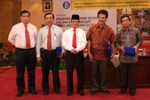 Wakil Gubernur Riau HR Mambang Mit beserta pejabat BI saat seminar Prospek Ekonomi Regional Dalam Menghadapi Krisis Keuangan Global, Ikatan Sarjana Ekonomi Indonesia (ISEI) Cabang Pekanbaru, Rabu (20/05/09) di BI Pekanbaru.