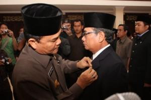 Gubernur Riau HM Rusli Zainal menyematkan pin kepada Ketua BNP Riau HR Mambang Mit beserta pengurus BNP Riau yang dilantik, Selasa (23/6/09) ini di Pekanbaru.