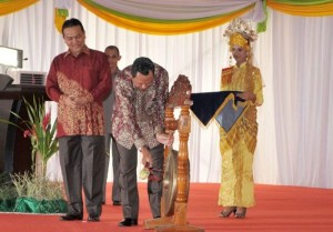 Mendagri Mardiyanto memukul gong tanda ditutupnya GTTG di Pekanbaru.