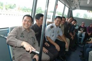 Sejumlah pejabat pemprov Riau didampingi Kepala Dinas perhubungan Kota Pekanbaru mencoba naik Bus Sarana Angkutan Umum Masal (SAUM) Trans Metro Pekanbaru, Rabu (24/6/09) ini.