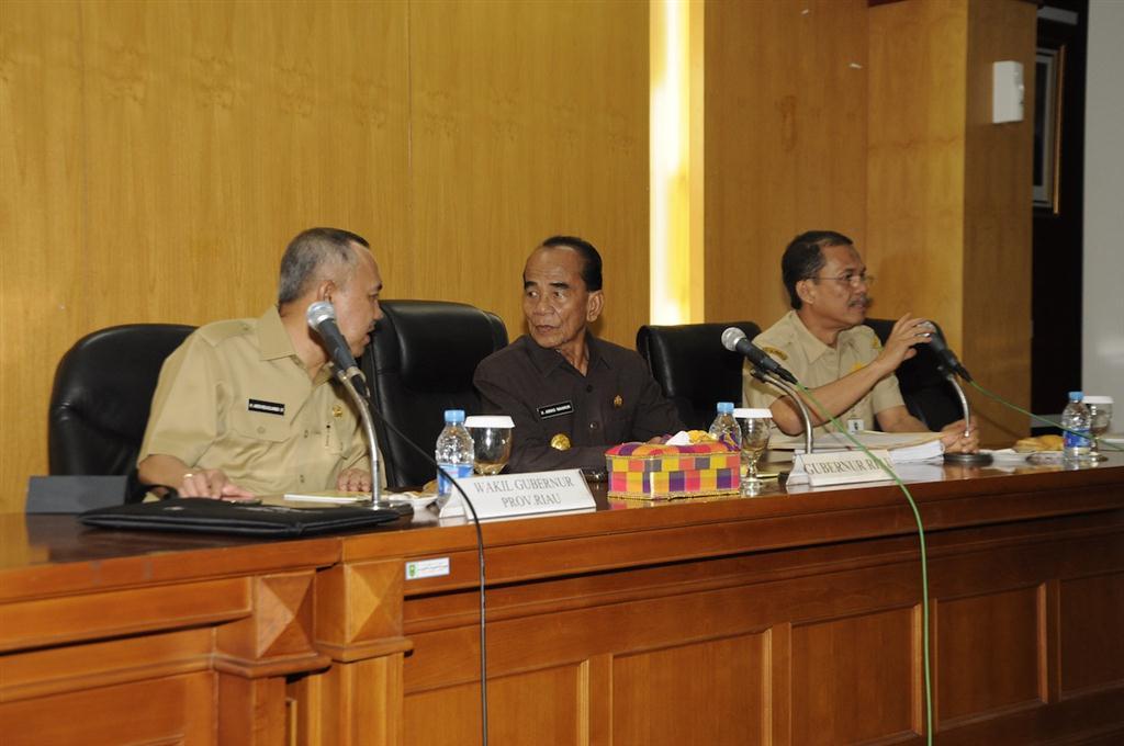 Gubri - Wagubri - Kepala Bappeda pimpin Rapat Evaluasi APBD APBN 2014 (1)