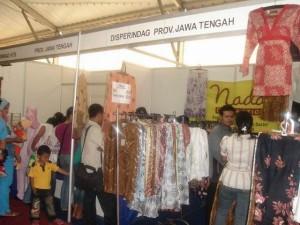 Permalink ke Baju Batik di Stand Jateng Diserbu Pembeli