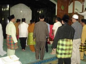 Permalink ke Mambang Mit Jadi Imam Sholat Jenazah Ayahandanya