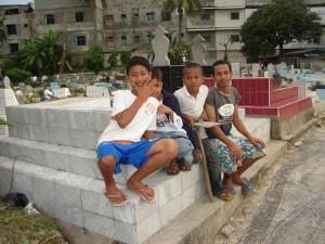 Permalink ke Sejumlah Bocah Mengais Rezeki di Perkuburan