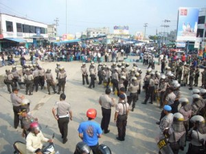 Permalink ke Aksi Unjukrasa AMUK Makin Memanas, Polisi Berusaha Bubarkan Massa