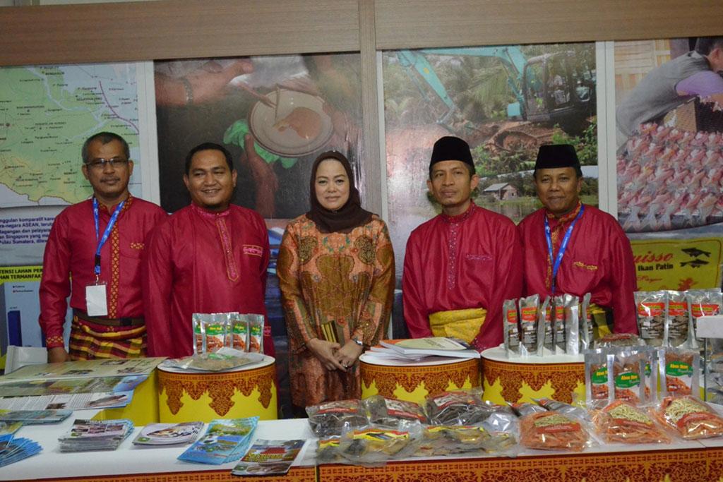 Ibu-Wakil-Gubernur-Riau-Sisilita-kunjungi-Stand-Dinas-Perikanan-dan-Kelautan-1