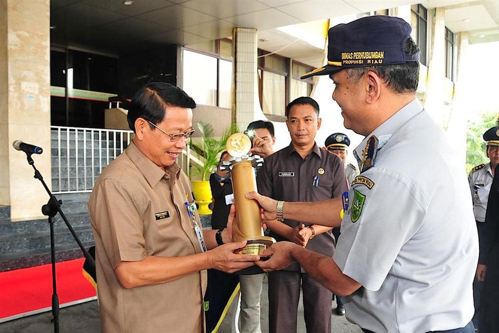 Permalink ke Sekda Prov Riau Menerima Piala WTN