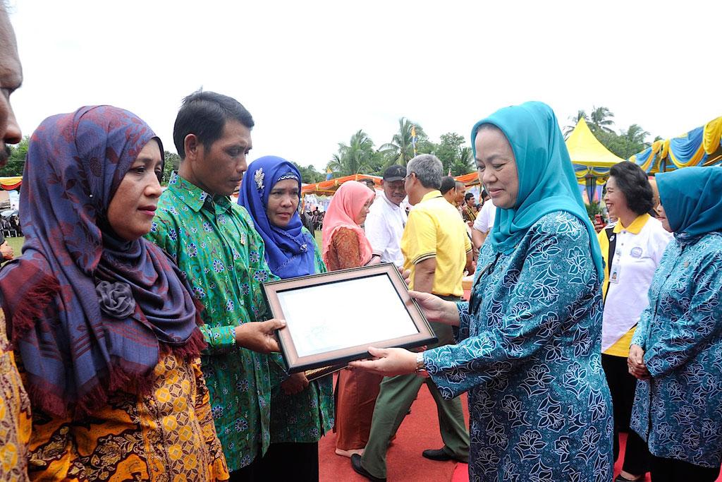 Permalink ke Ibu Wagubri Serahkan Piagam penghargaan