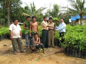 Permalink ke Riaupulp Serahkan 3000 Bibit Karet Untuk Kebun Desa Penarikan