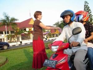 Permalink ke Bule Cewek Bagi-Bagikan Brosur di Pinggir Jalan