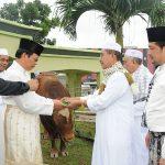 Sekda Prov Riau Serahkan Sapi Qurban di mesjid Agung Annur