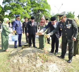 Plt Gubernur Riau Tabur Bunga di Makam Pahlawan