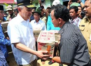 Permalink ke Pelaksana Tugas Gubernur Beri Bantuan Korban Banjir