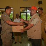 Kepala BPBD dan Damkar Kabupaten Bengkalis Menyerahkan Bantuan Tanggap Darurat