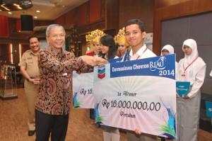 Erica Chandra dari Dumai dan M Rafi Syahputra dari Meranti dinobatkan sebagai juara utama dalam program Darmasiswa Chevron Riau (DCR) yang hadiahnya diberikan langsung oleh President Director PT Chevron Pacific Indonesia Albert Simanjuntak.