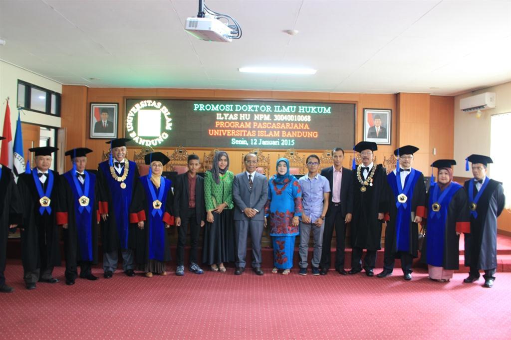 Dr. H. Ilyas HU, SH MU bersama keluarga dan Guru Besar  Unisba usai sidang promosi doktor (Custom)
