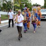ASS II Setda Prov Riau saat menerima Piala WTN 2016 setibanya di Riau