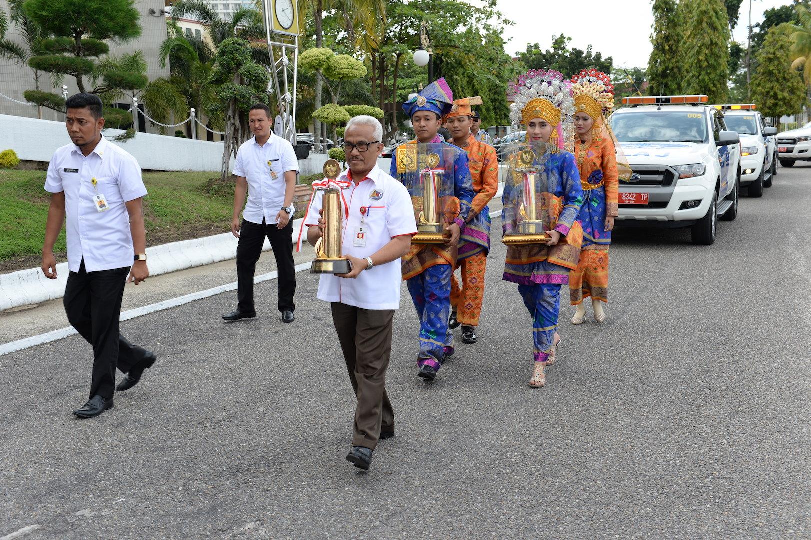 Permalink ke ASS II Setda Prov Riau saat menerima Piala WTN 2016 setibanya di Riau