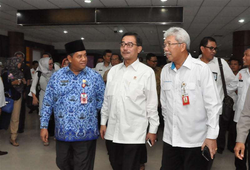Permalink ke Galeri: Asisten I Setda Prov Riau Jemput Kedatangan Menteri Agraria RI