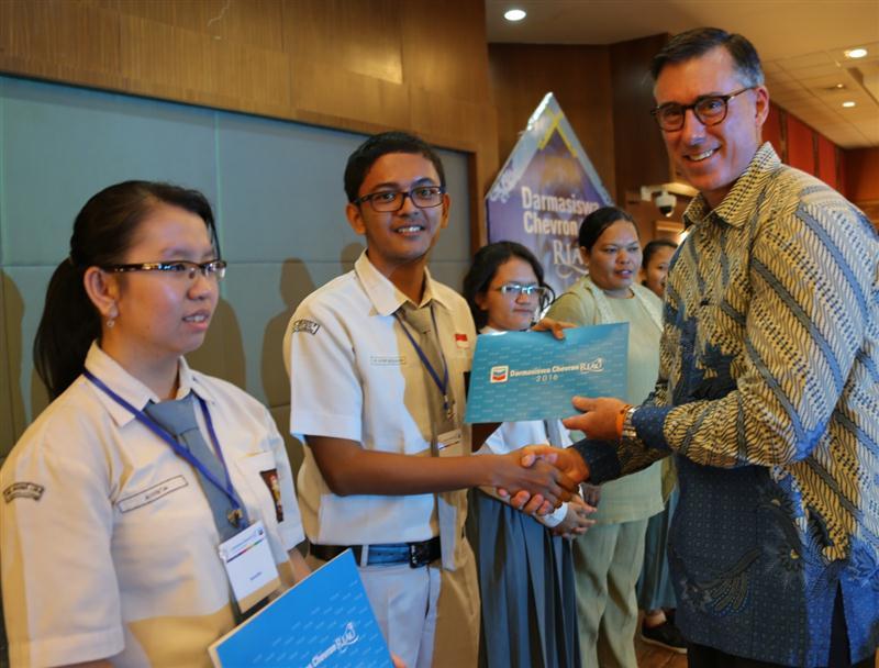 Foto 2_Executive Director PT CPI Jeff Lehrmann menyerahkan piagam kepada Rangking Dua DCR 2016 Fathir Uroerayana (Custom)