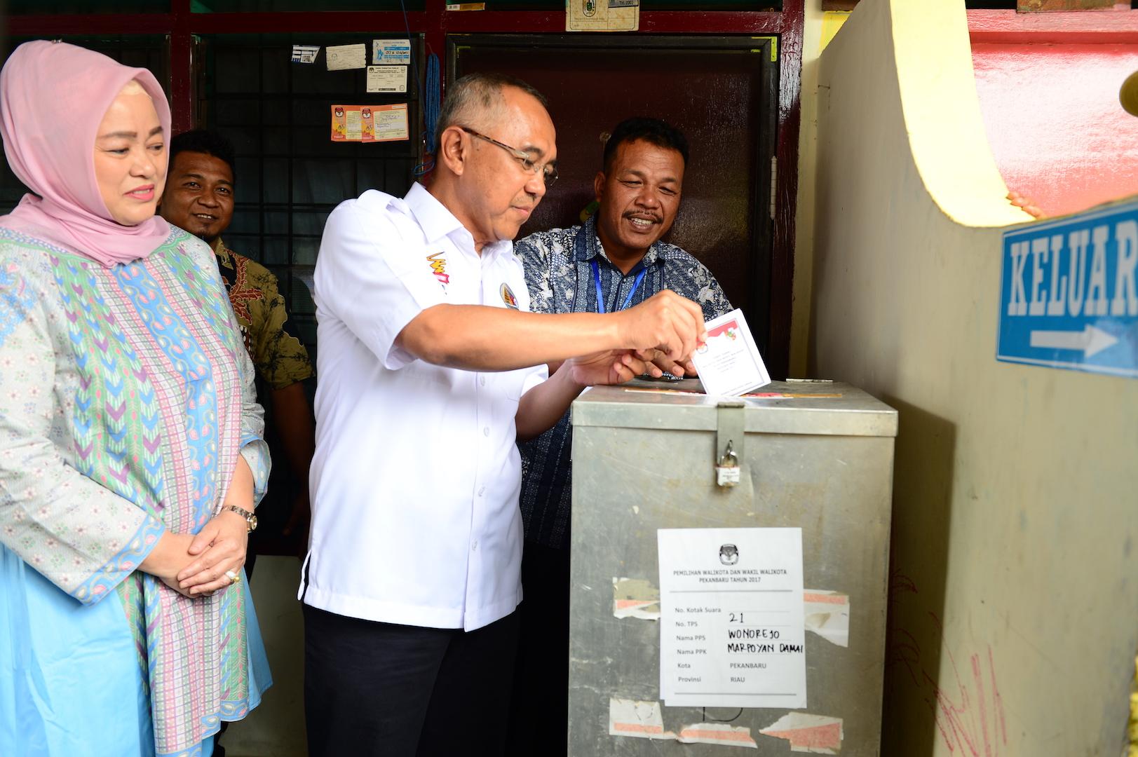 Permalink ke Gubri dan Isteri saat mencoblos kartu suara Pilkada Serentak di TPS 21 Kota Pekanbaru