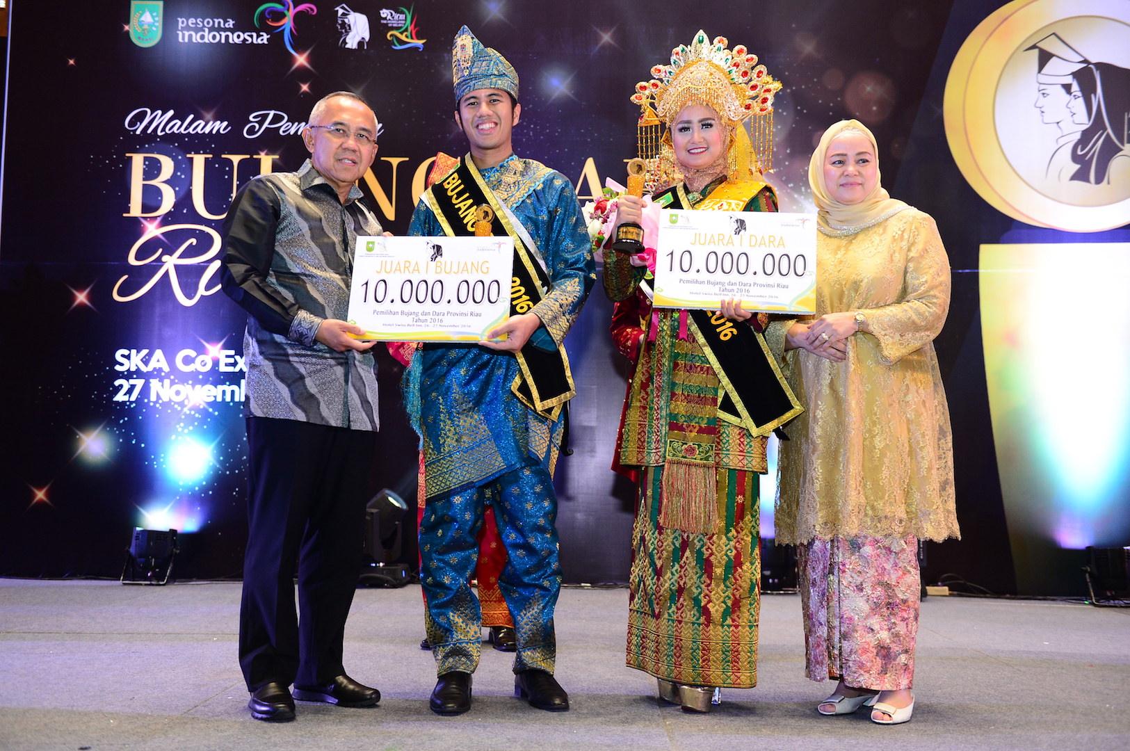 Permalink ke Ibu Gubri serahkan Piala dara Riau 2016