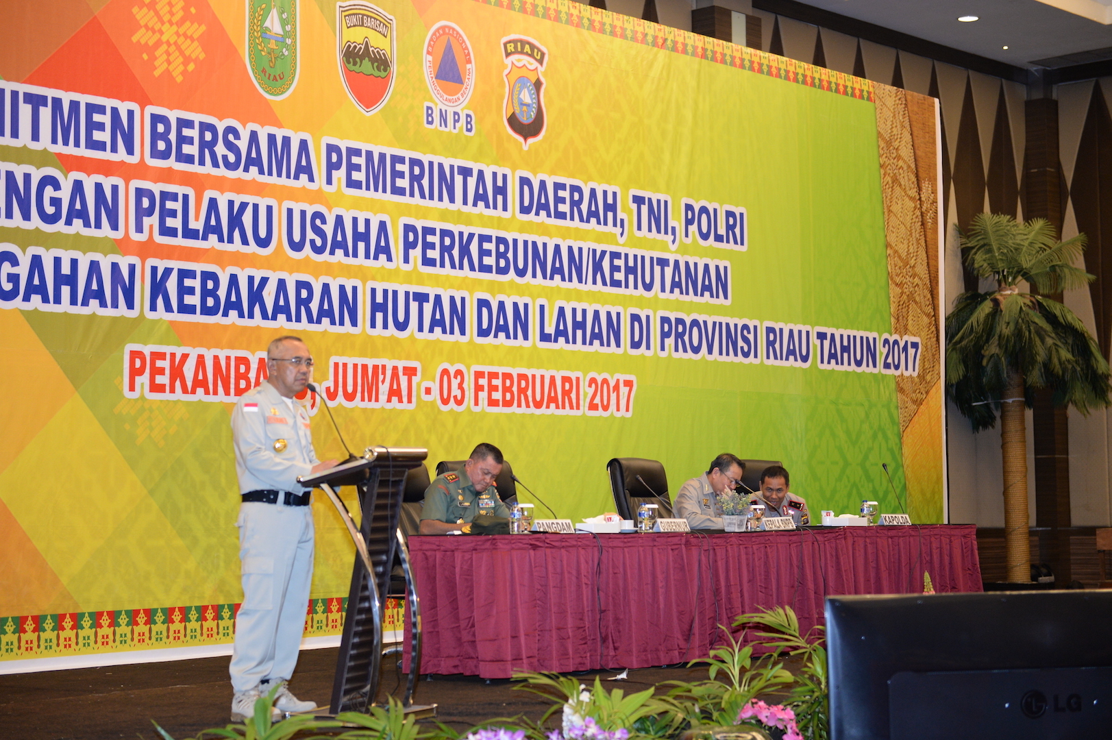 Gubri memberikan sambutan saat Komitmen Bersama Pemerintah Daerah, TNI, POLRI dengan Pelaku Usaha Perkebunan_Kehutanan dalam Rangka Pencegahan KARHUTLA di Prov Riau Tahun 2017 di H Pangeran