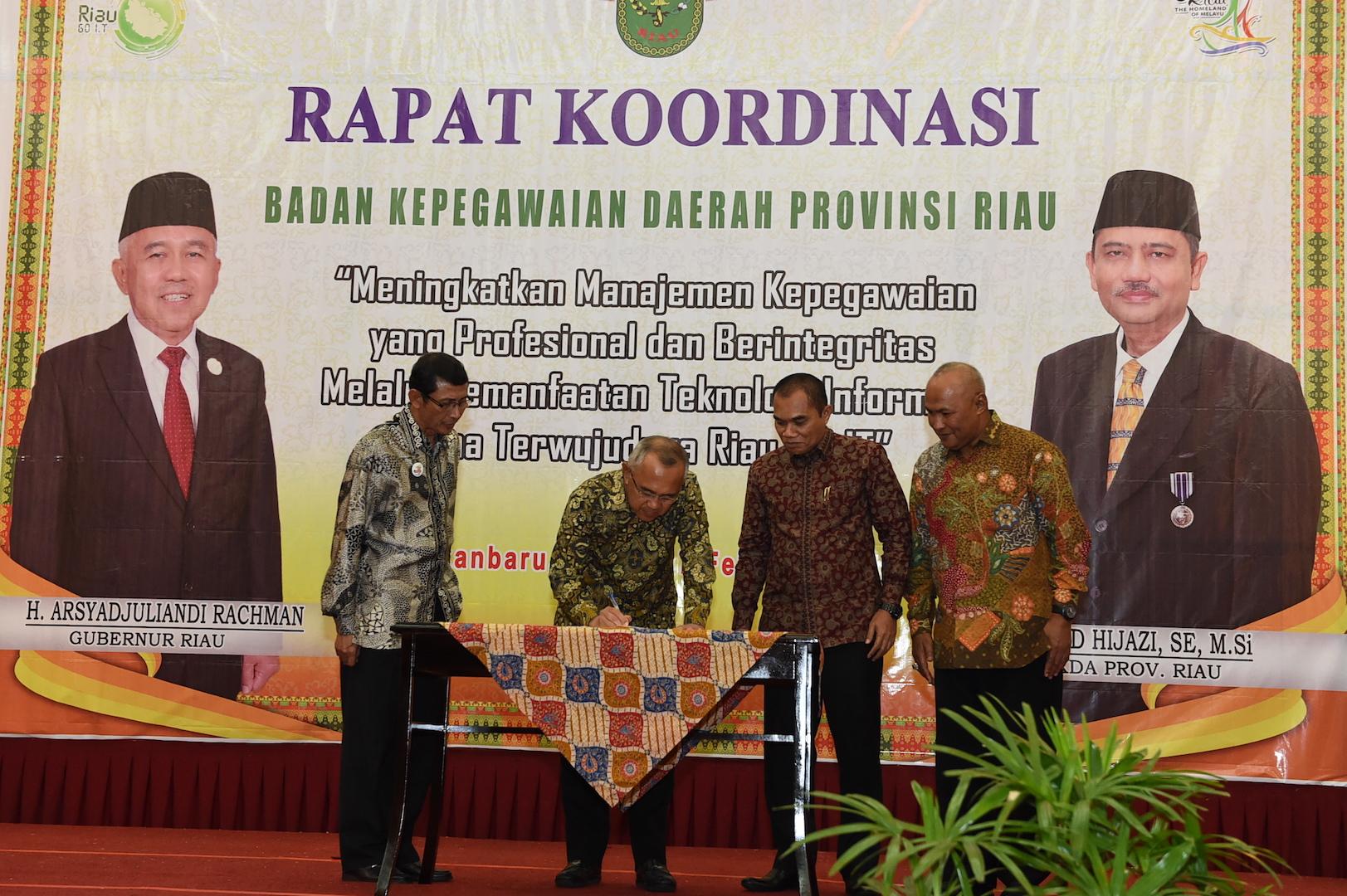 Gubri menandatangani MoU pada Rakornis BKD di H Aryaduta