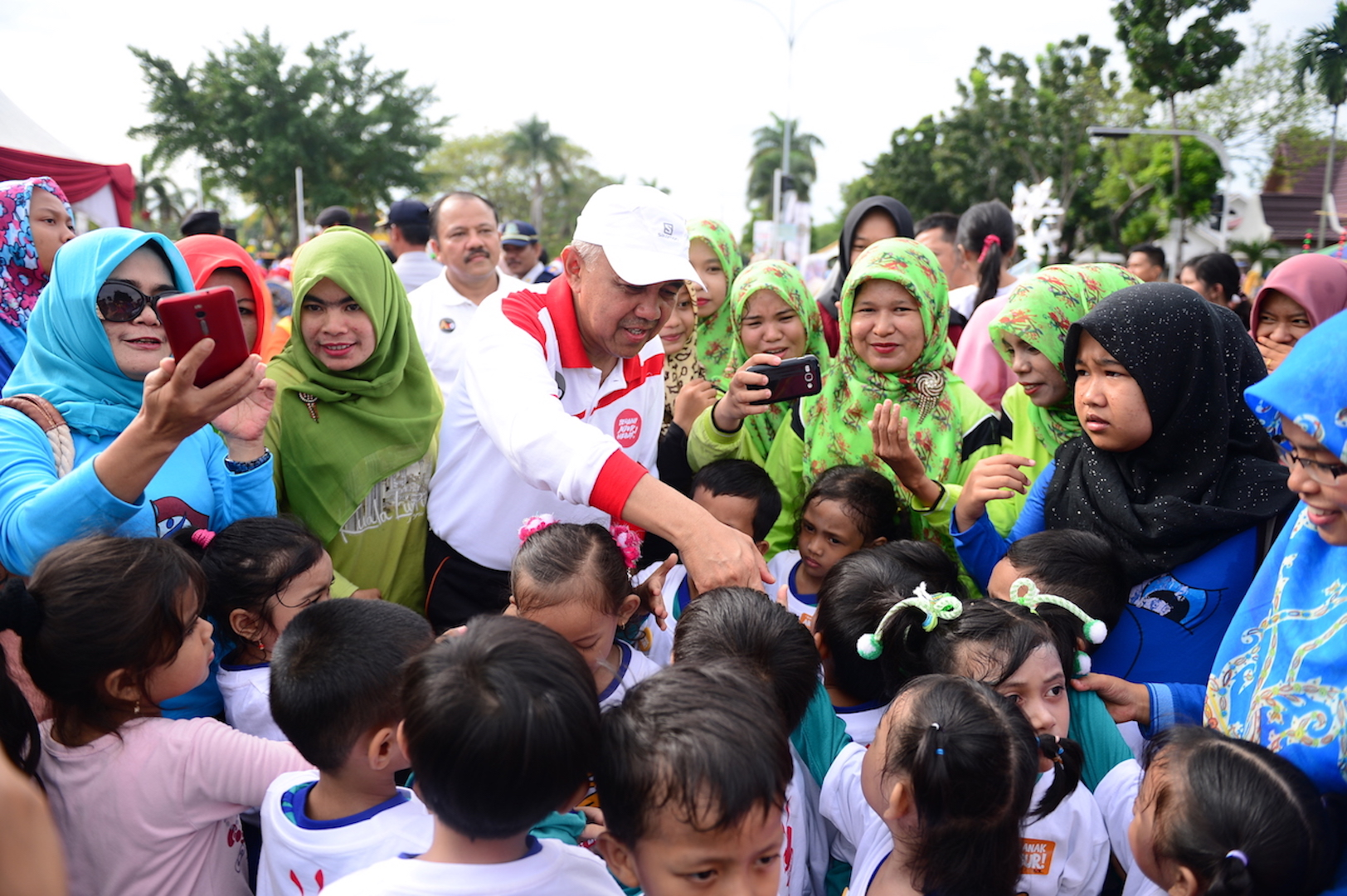 Gubri menyalami anak saat ikuti Senam Anak Jujur dalam Rangka Festival HAKI Bidang Pendidikan di CFD Jl Diponegoro