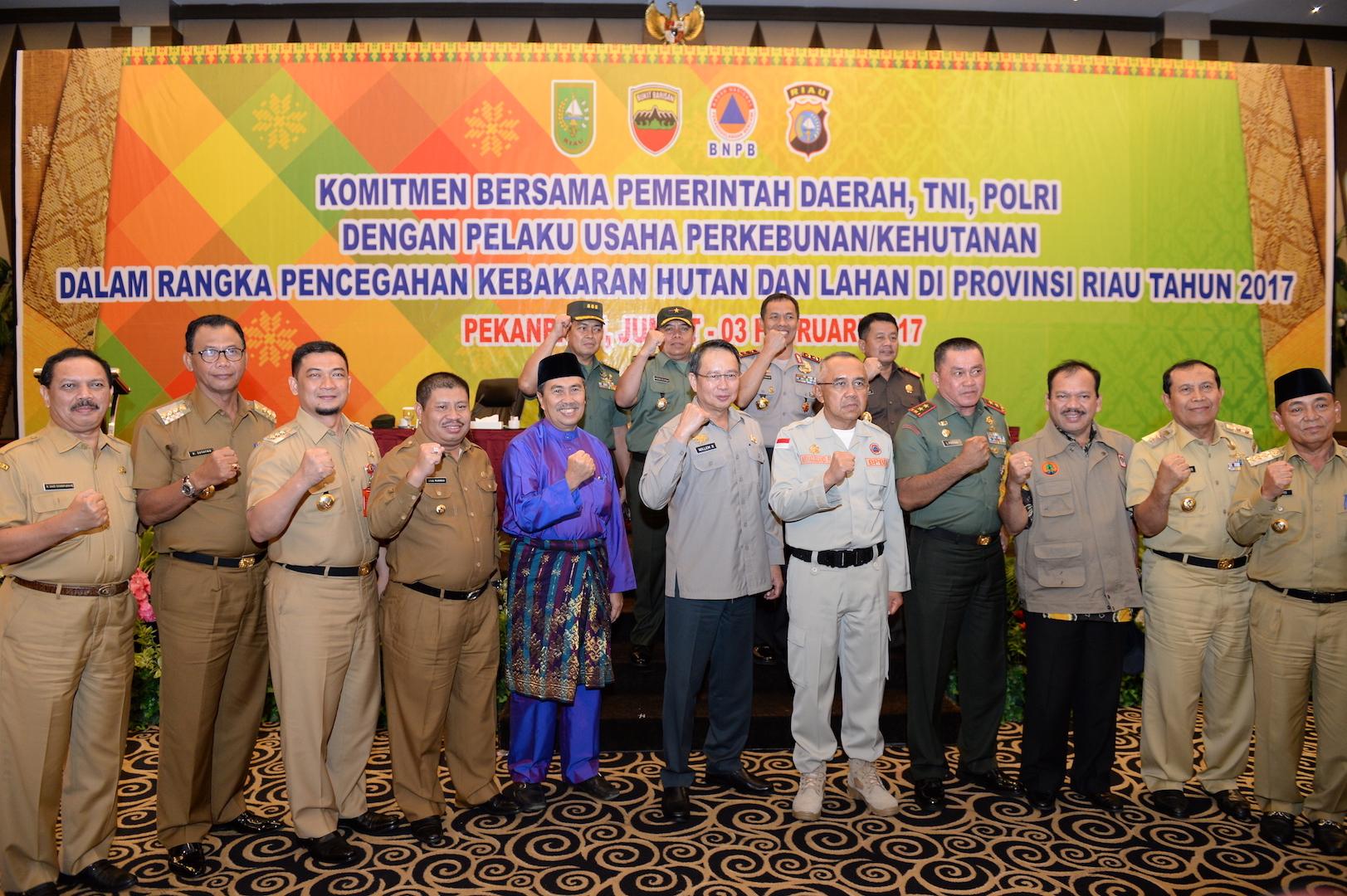 Gubri photo bersama saat Komitmen Bersama Pemerintah Daerah, TNI, POLRI dengan Pelaku Usaha Perkebunan_Kehutanan dalam Rangka Pencegahan KARHUTLA di Prov Riau Tahun 2017 di H Pangeran