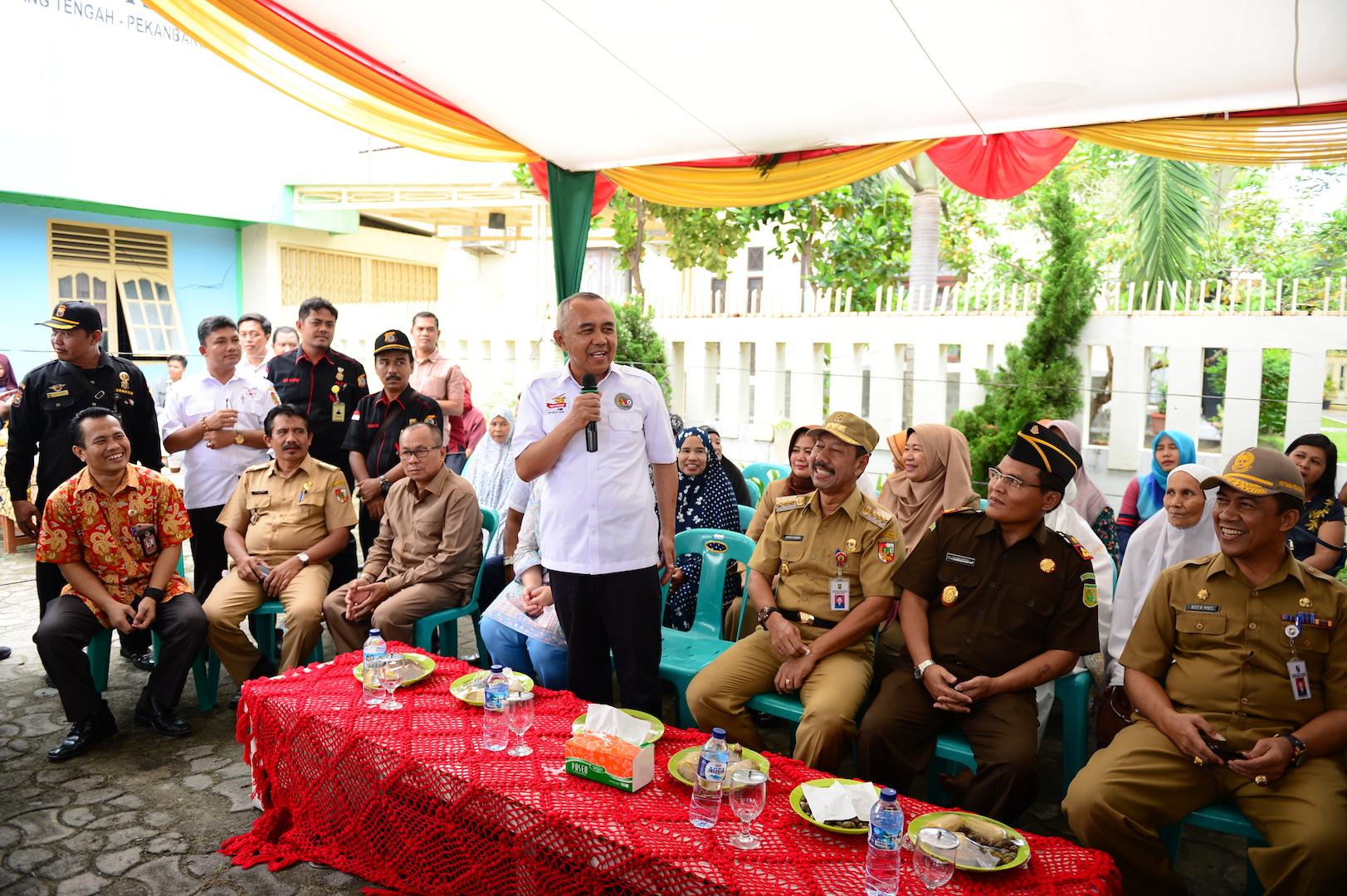 Gubri saat berdialog dengan Pemilih TPS 64 saat Tinjau Pilkada serentak di Jl. Neraca No.2 Kel Tangkerang Tengah Kec. Marpoyan Damai Kota Pekanbaru