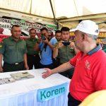 Gubri Tinjau stand pameran pada Riau Pustaka Lingkungan Dunia